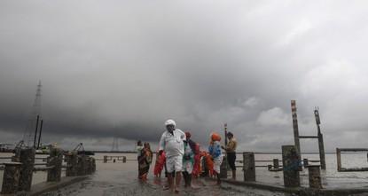 300,000 evacuated as cyclone heads toward Bangladesh