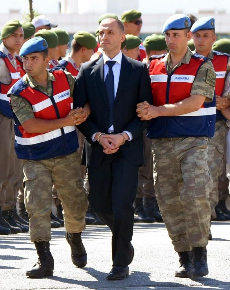 Gendarmerie troops escort Hasan Aslanbay to courthouse.