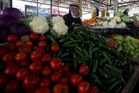 سوق الخضار في رام الله رويترز