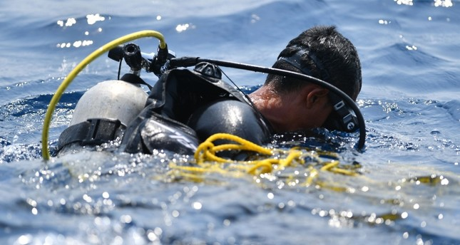 An Indonesian Navy diver prepares to dive at an assigned point to search for the ill-fated Lion Air flight JT 610 at sea, north of Karawang, Indoesia, Nov. 1, 2018. (AFP Photo)