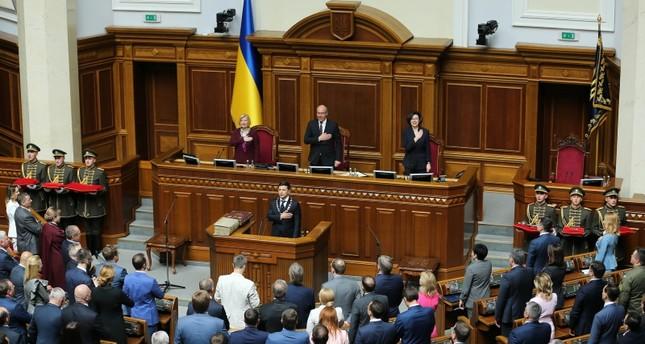 الرئيس الأوكراني فولوديمير زيلينسكي أثناء تأديته اليمين الدستورية أمام البرلمان