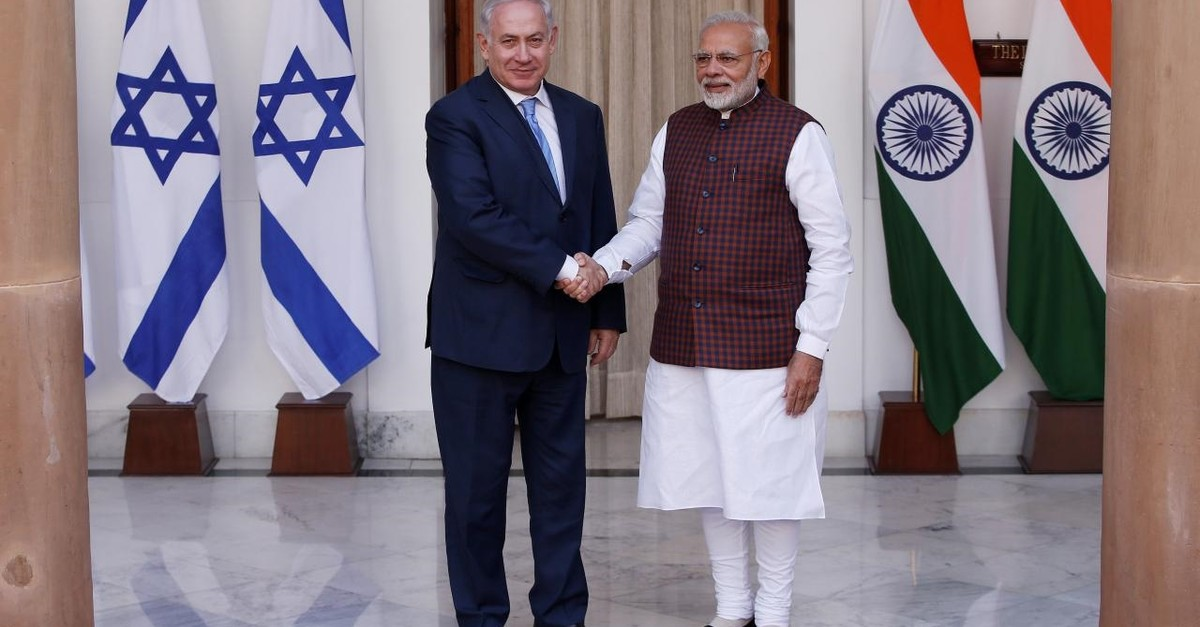 Israeli Prime Minister Benjamin Netanyahu (L) shakes hands with his Indian counterpart Narendra Modi, New Delhi, Jan. 15, 2018.