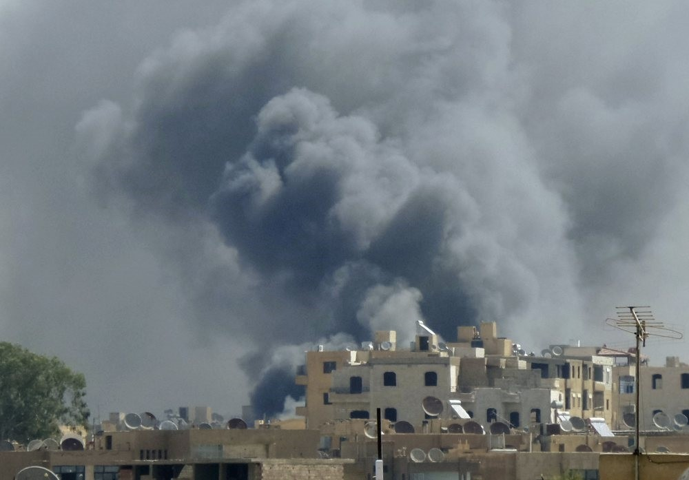 Smoke rising after what activists say was an airstrike by forces loyal to Assad regime on Tal Abyad street market in central Raqqa, Sept. 6, 2014. (Reuters File Photo)