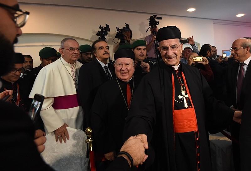 Lebanese Maronite Patriarch Mar Bechara Boutros al-Rahi (2R) greets members of the Lebanese community living in Saudi Arabia at Lebanon's embassy in Riyadh on Nov. 13, 2017. (AFP Photo)