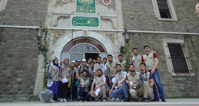 مجموعة من الطلبة السوريين في زيارة لدار العجزة في إسطنبول (الأناضول)