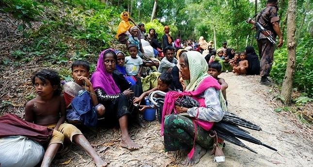 مجموعة من مسلمي الروهينغا العالقين على حدود بنغلاديش بعد منع السلطات عبورهم (رويترز)