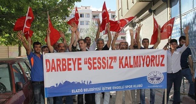 تركيا.. مئات الصم يرفضون محاولة الانقلاب بـلغة الإشارة