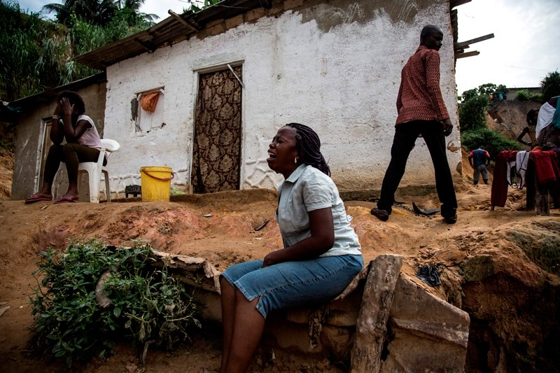 Women mourn the death of a family member following a landslide on January 5, 2018 in Kinshasa (AFP Photo)