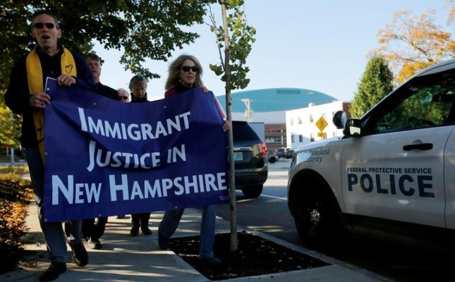Demonstrators hold an Interfaith Prayer Vigil for Immigrant Justice outside the federal building, where Christians who fled Indonesia decades ago & overstayed their visas in the US must check-in with ICE, in New Hampshire, Oct. 2017 (Reuters Photo)
