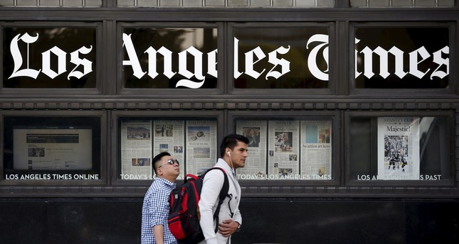 People walk past the building of Los Angeles Times newspaper, which is owned by Tribune Publishing Co, in Los Angeles, California, US, April 27, 2016. (Reuters Photo)