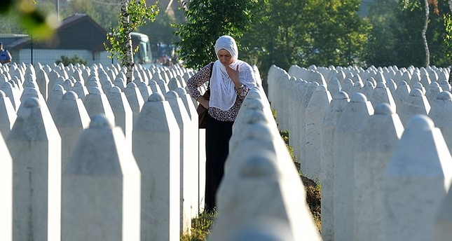 Frau trauert bei Gedenkstätte der Opfer des Massakers von Srebrenica (AFP Foto)
