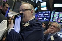 مؤشرات الأسهم الأمريكية تعمق خسائرها بسبب فيسبوك