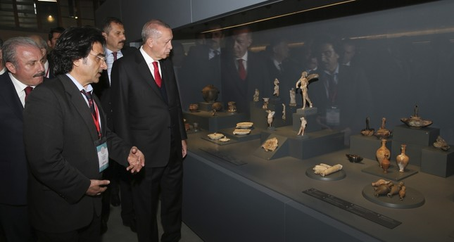 President Erdoğan examined the pieces at the Troy Museum.