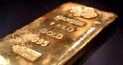 US stocks hover near record highs, gold breaches $1,500