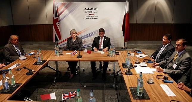 رئيس الوزراء القطري ونظيرته البريطانية خلال اجتماع منتدى الأعمال والاستثمار القطري البريطاني (رويترز)