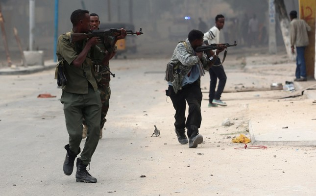 Somali government soldiers run to take their positions during gunfire after a suicide bomb attack outside Nasahablood hotel in Somalia's capital Mogadishu, June 25, 2016. (Reuters Photo)