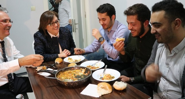 Gaziantep Mayor Ftama Şahin (C) jokes with students after cooking them dinner. (AA Photo)