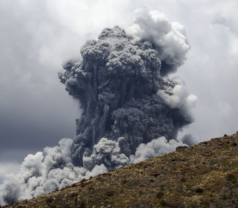 A massive plume of ash billows up into the sky as Mount Tongariro erupts at Tongariro National Park, 300 km (186 miles) north of Wellington November 21, 2012. (Reuters Photo)