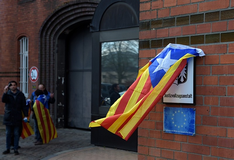 A Catalan Independence flag is fixed at a plaque in front of the 'Justizvollzugsanstalt (JVA) Neumuenster' prison, where former Catalan leader Carles Puigdemont is still detained in Neumuenster, Germany, 06 April 2018. (EPA Photo)