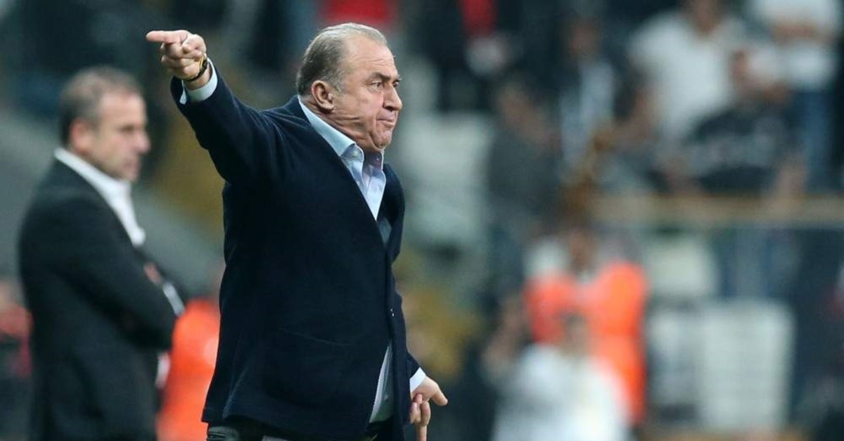 Fatih Terim gesturing to players in the Galatasaray-Beu015fiktau015f derby, Istanbul, Oct. 27, 2019 (AA Photo)