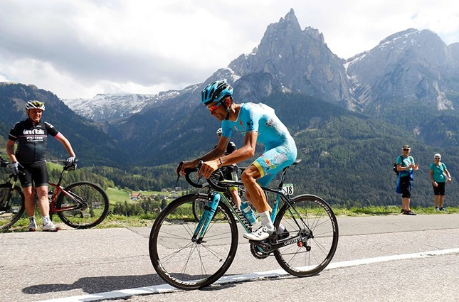 Italian cyclist Michele Scarponi of Astana Pro Team  competing during the 15th stage of the 99th Giro d'Italia. (AFP Photo)