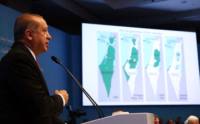 During his speech in the Organization of Islamic Cooperation (OIC) Extraordinary Summit on Jerusalem, Pres. Recep Tayyip Erdoğan points to maps showing the lands in the hands of Palestinians shrinking since 1948, in Istanbul, Dec 13, 2017. (AA Photo)