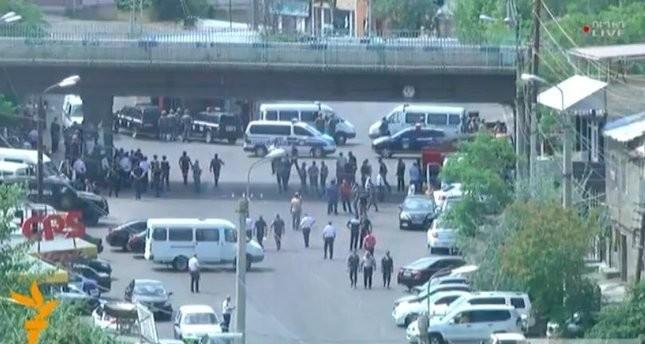 Bewaffnete Gruppe ergreift Polizei-Hauptsitz in Armeniens Hauptstadt Jerewan, 1 Toter