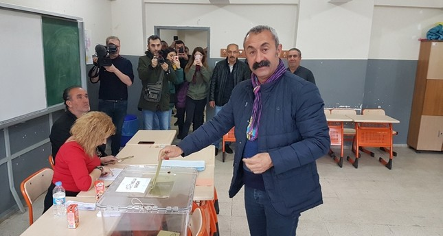 Maçoğlu poses for a photo as he casts his vote in Tunceli (DHA Photo)
