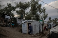 اليونان تغلق مخيمات في  جزر ليسبوس وخيوس وساموس.