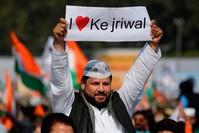 من أنصار رئيس وزراء نيودلهي، آرفيند كيجريوال، يحتفلون بفوزه على حزب بهاراتيا جاناتا الهندوسي الحاكم.