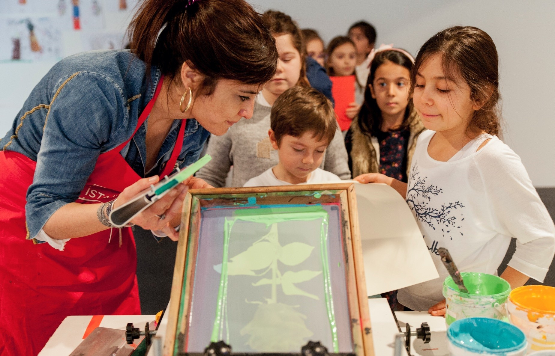 Children will learn serigraphy techniques together with their parents at the Serigraph Workshop with Ardan u00d6zmenou011flu.