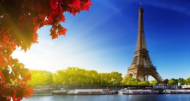 بيع جزء من سلم برج إيفل بأكثر من نصف مليون يورو