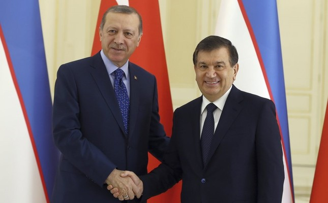 President Erdoğan (L) and Uzbek President Mirziyoyev shake hands before a meeting in Samarkand, Uzbekistan, Nov. 18, 2016.