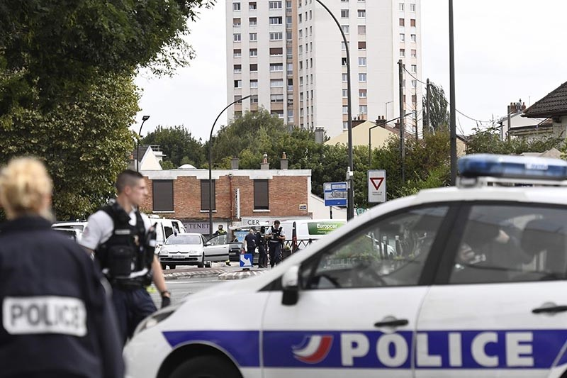 French Police officers intervene at the site where they discovered explosives and bomb components in an apartment, in Villejuif, a suburb of Paris, on September 6, 2017 (AFP Photo)