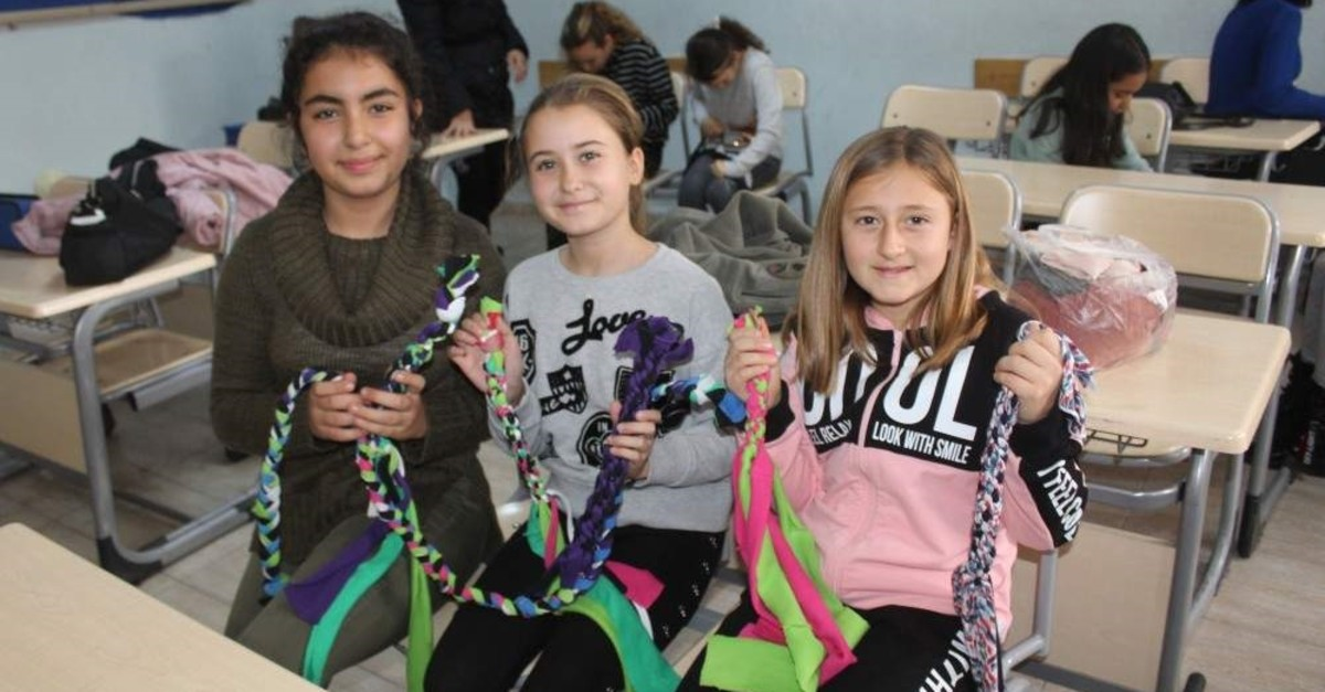 The children had lots of fun while making new toys for the canines. (AA Photo)