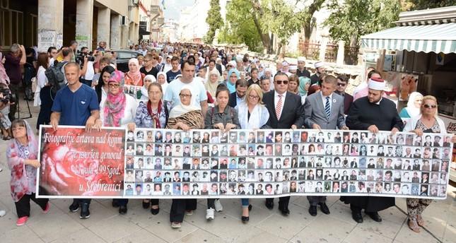 البوسنيون يخرجون بمسيرة لإحياء ذكرى مجزرة سربرنيتسا