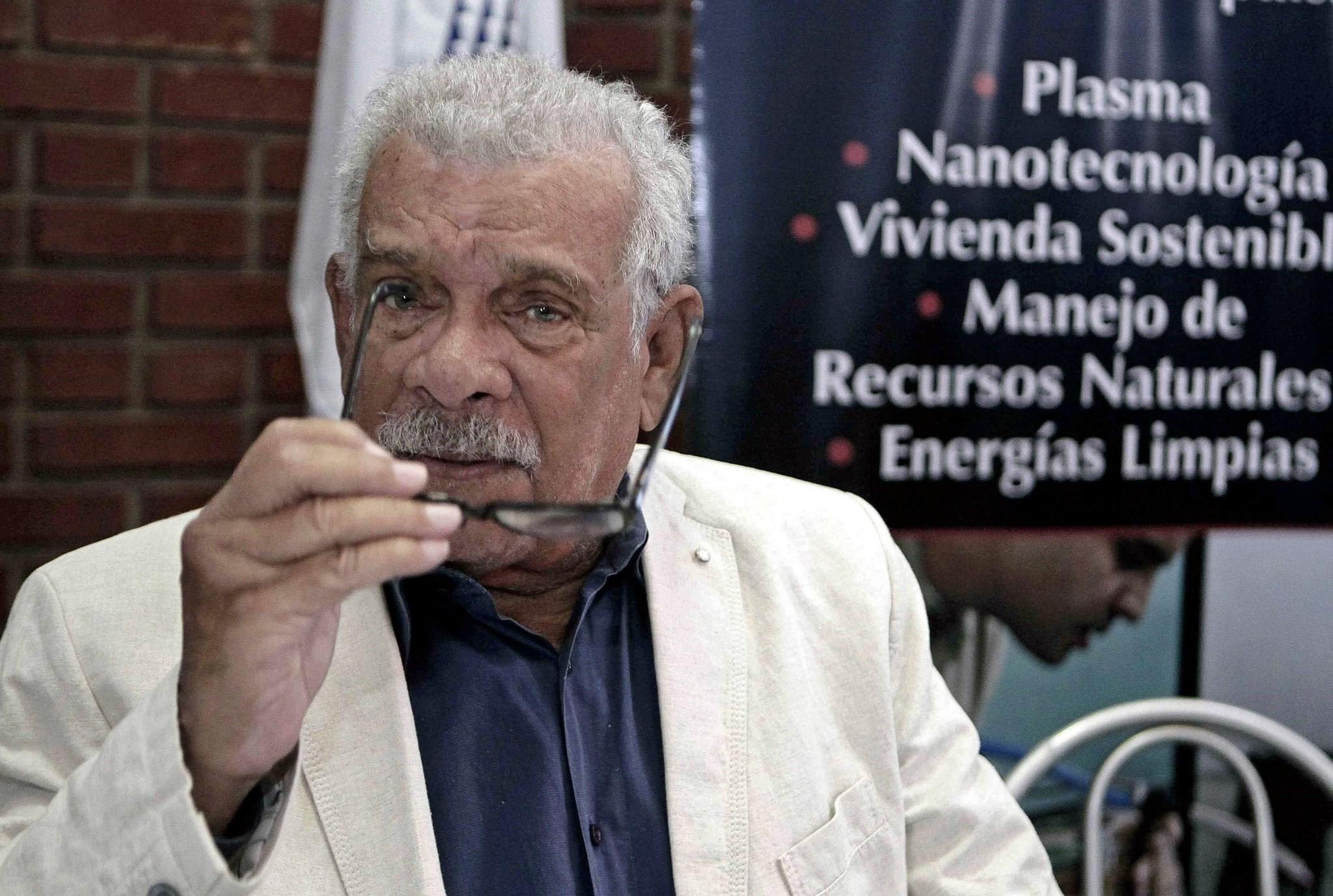 Nobel Prize in Literature laureate Derek Walcott gestures a press conference in San Jose, Costa Rica. (EPA Photo)