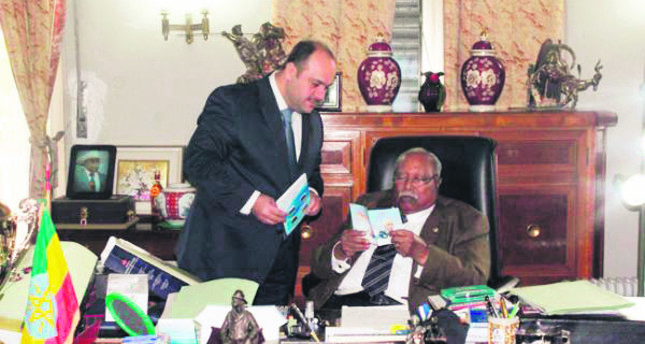 Former Ethiopian President Girma Wolde-Giorgis, who was in office from 2001 to 2013, reading a Fetullah Gülen pamphlet.