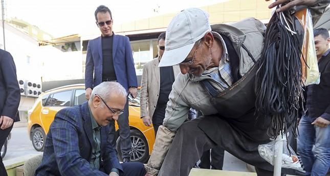 وزير التنمية التركي يلمّع حذاء مواطن أثناء قيامه بجولة تفقدية جنوب تركيا
