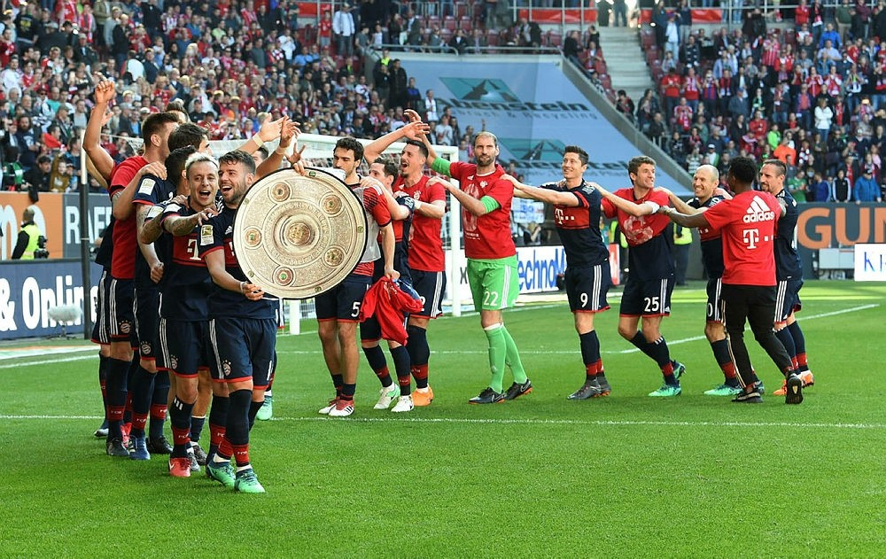 The team of FC Bayern Munich celebrate after the German first division Bundesliga football match FC Augsburg vs FC Bayern Munich in Augsburg, southern Germany, on April 7, 2018. (AFP Photo)