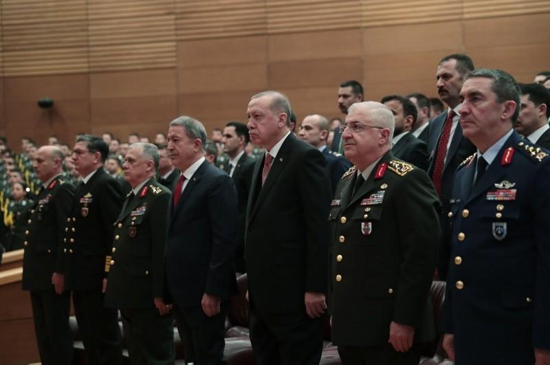 President Recep Tayyip Erdou011fan (C), flanked by Defense Minister Hulusi Akar (4L), Chief of Staff Gen. Yau015far Gu00fcler (2R), Army Commander Gen. u00dcmit Du00fcndar (3L) and Air Force Commander Gen. Hasan Ku00fcu00e7u00fckakyu00fcz (R), attends a ceremony in Ankara. (AA Photo)