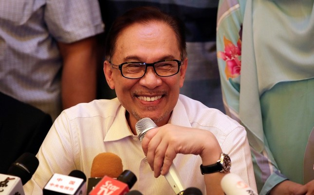 Malaysia's reformist icon Anwar Ibrahim smiles during a press conference at his residence in Kuala Lumpur, Malaysia, May 16, 2018. (AP Photo)