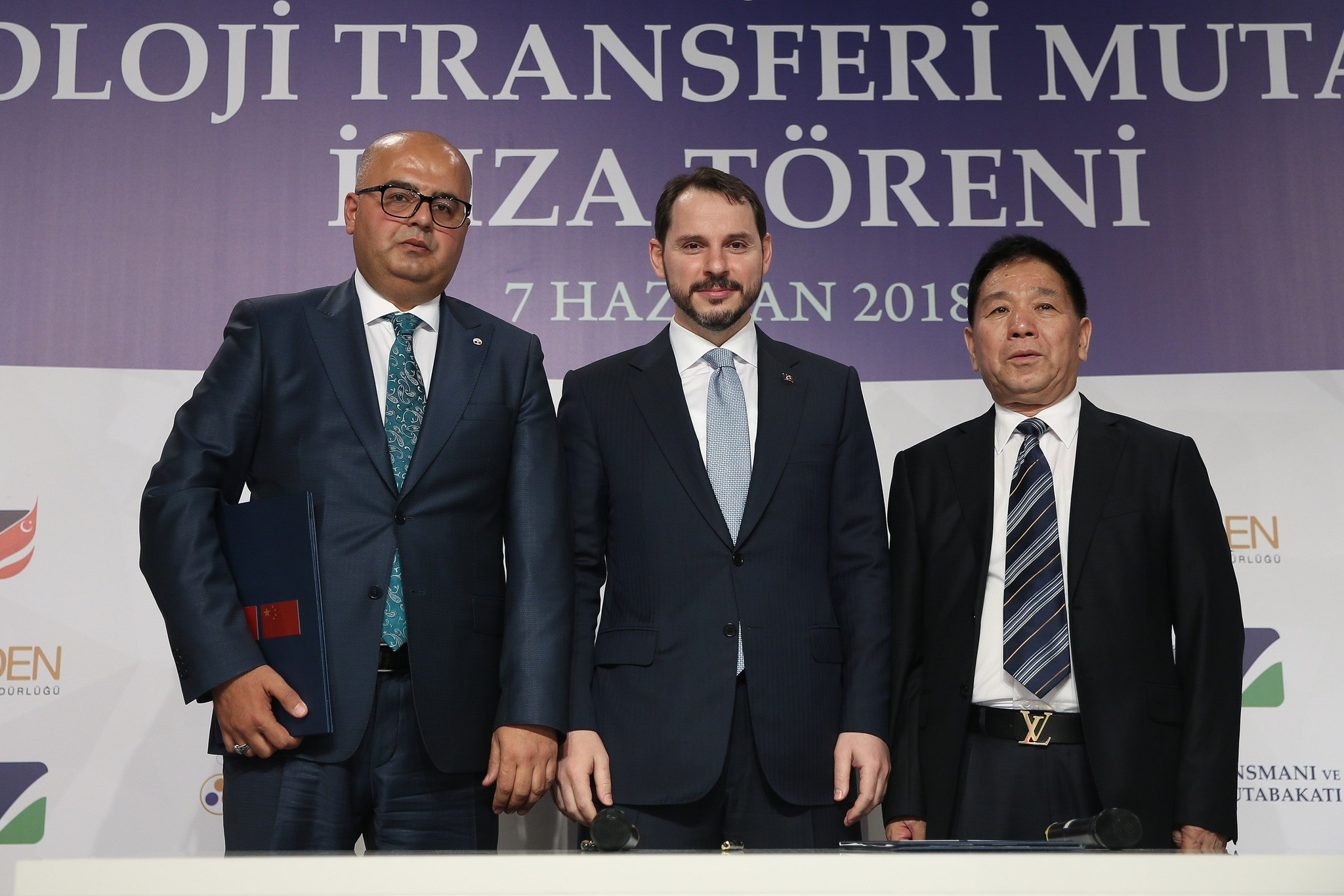 Energy Minister Berat Albayrak (C) attended the launch of the new boron strategy and a MoU signing ceremony with Chinese Dalian Jinma top executive Wang Yahne (R) and Eti Maden General Manager and Chairman Serkan Keleu015fer (L).