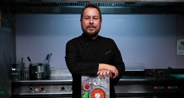 الشيف التركي يونس إمرة أكور مع كتابه مطبخ قيصري من الماضي إلى المستقبل الأناضول