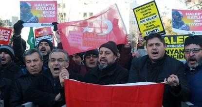 pHunderte Menschen haben in der türkischen Hauptstadt Ankara gegen die Beteiligung Russlands und des Iran am Massaker in Aleppo demonstriert. Aleppo ist die Schande der Welt, riefen die rund 800...
