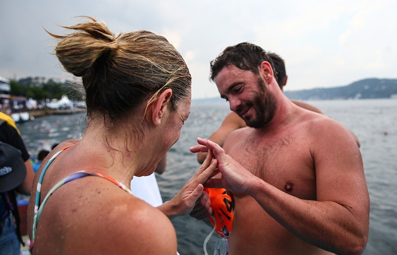 An athlete proposed to his girlfriend upon completing the race with her.
