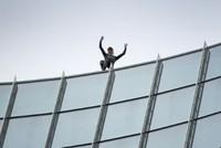 """Frankfurt: """"Spiderman"""" erklimmt Hochhaus"""