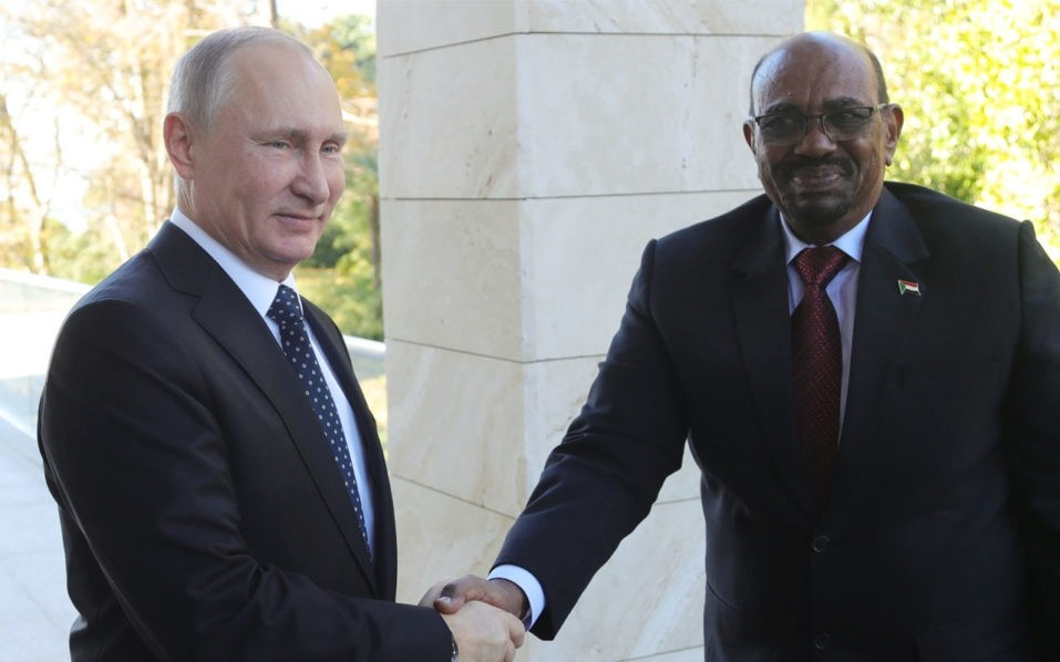 Russian President Vladimir Putin (L) shakes hands with his Sudanese counterpart Omar al-Bashir during a meeting in Sochi on November 23, 2017. (AFP Photo)