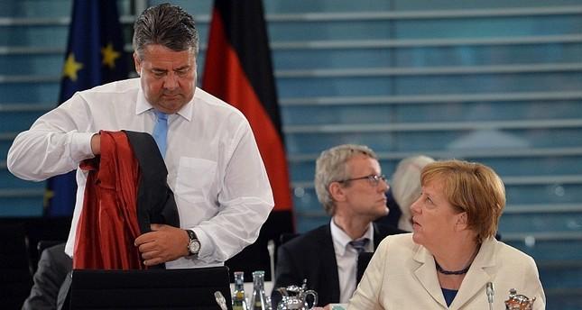 Bundeskanzlerin Angela Merkel R im Gespräch mit Wirtschaftsminister Sigmar Gabriel L, vor Beginn einer Sitzung über die erneuerbare Energiereform EEG im Kanzleramt in Berlin, Deutschland, 31. Mai 2016  Foto: EPA / MAURIZIO Gambarini