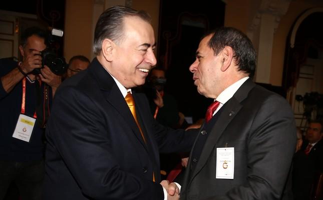 Newly elected Mustafa Cengiz (L) is congratulated by Dursun Özbek.